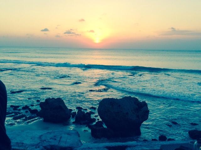 ★【ROCK BAR】キャワゆいTammyは絶景ロックバーに。こ汚いトーマスは無料のバランガンビーチのなんちゃってロックバーにいったのさ。2015冬バリ編【BALANGAN BEACH】