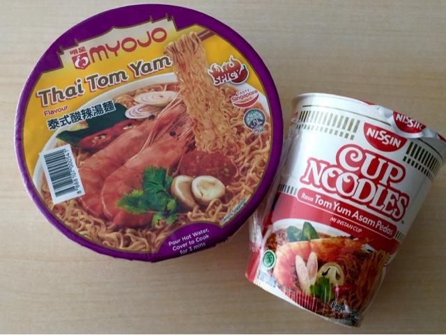 ★【バリdeやってみようシリーズ⑦】ここはバリですが、インドネシアで売ってるトムヤムクンラーメンを食べ比べたのさ。【タイチョーよろしく頼んだ。】