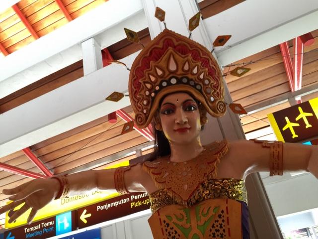 ★【ジャカルタからバリ島へ】ララーイ♪ララーイ♪ングラライ♪バリ・デンパサール空港エトセトラなのさ。<〜踊り子がお出迎え〜国内線到着編>